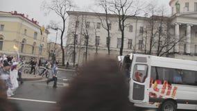 Ολυμπιακός φανός του Sochi φυλών ηλεκτρονόμων σε Άγιο Πετρούπολη Torchbearers με τη φλόγα Άνθρωποι πλήθους συνοδεία απόθεμα βίντεο