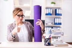 Ο υπάλληλος γυναικών που πηγαίνει στον αθλητισμό από την εργασία κατά τη διάρκεια του μεσημεριανού διαλείμματος Στοκ Εικόνα