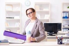 Ο υπάλληλος γυναικών που πηγαίνει στον αθλητισμό από την εργασία κατά τη διάρκεια του μεσημεριανού διαλείμματος Στοκ Φωτογραφίες