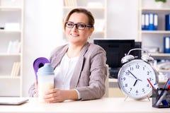 Ο υπάλληλος γυναικών που πηγαίνει στον αθλητισμό από την εργασία κατά τη διάρκεια του μεσημεριανού διαλείμματος Στοκ φωτογραφίες με δικαίωμα ελεύθερης χρήσης
