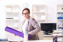 Ο υπάλληλος γυναικών που πηγαίνει στον αθλητισμό από την εργασία κατά τη διάρκεια του μεσημεριανού διαλείμματος Στοκ Εικόνες