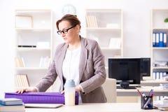 Ο υπάλληλος γυναικών που πηγαίνει στον αθλητισμό από την εργασία κατά τη διάρκεια του μεσημεριανού διαλείμματος Στοκ εικόνα με δικαίωμα ελεύθερης χρήσης