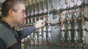 Ο υπάλληλος ελέγχει τις ψηφιακές πολυ αναγνώσεις μετρητών στο εργοστάσιο χημικής βιομηχανίας απόθεμα βίντεο