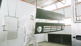 Ο υπάλληλος εμφανίζεται στις λεπτομέρειες καμπινών φορτηγών που προετοιμάζονται για τη ζωγραφική απόθεμα βίντεο