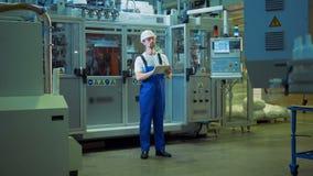 Ο υπάλληλος εργοστασίων παρατηρεί τη διαδικασία παραγωγής σε ένα εργοστάσιο φιλμ μικρού μήκους