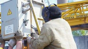 Ο υπάλληλος κάνει το τηλεφωνικό κέντρο καθορισμού συγκόλλησης στο συγκεκριμένο φραγμό απόθεμα βίντεο