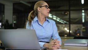 Ο υπάλληλος παίρνει το σωρό των εγγράφων αργά στην αρχή, που ενοχλείται με την υπερφόρτωση εργασίας απόθεμα βίντεο