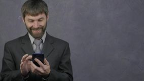 Ο υπάλληλος που κοιτάζει βιαστικά το τηλέφωνο, θηλυκός προϊστάμενος αρπάζει το τηλέφωνό του και αρχίζει να ορκίζεται Απρόσεκτοι υ απόθεμα βίντεο