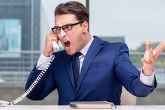 Ο 0 υπάλληλος τηλεφωνικών κέντρων που φωνάζει στον πελάτη Στοκ Φωτογραφία