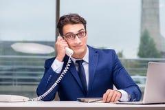 Ο 0 υπάλληλος τηλεφωνικών κέντρων που φωνάζει στον πελάτη Στοκ εικόνα με δικαίωμα ελεύθερης χρήσης