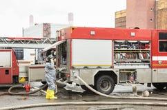 Ο υπάλληλος της υπηρεσίας της διάσωσης για το πυροσβεστικό όχημα στοκ φωτογραφία