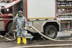 Ο υπάλληλος της υπηρεσίας της διάσωσης για το πυροσβεστικό όχημα στοκ εικόνα με δικαίωμα ελεύθερης χρήσης