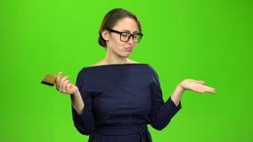 Ο υπάλληλος τράπεζας είναι κορίτσι στη θλίψη, δεν έχει οποιαδήποτε χρήματα και μια πιστωτική κάρτα πράσινη οθόνη απόθεμα βίντεο