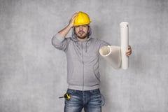 Ο υπάλληλος αρπάζει το κεφάλι του στοκ εικόνες με δικαίωμα ελεύθερης χρήσης
