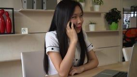 Ο υπάλληλος μιλά με τους πελάτες στο κύτταρο στο σύγχρονο γραφείο απόθεμα βίντεο