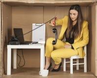 Ο υπάλληλος τηλεφωνικών κέντρων κόβει το καλώδιο από το τηλεφωνικό μικροτηλέφωνο, εγκατέλειψε Στοκ Εικόνα