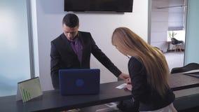 Ο υπάλληλος τράπεζας διευθύνει μια χρηματοπιστωτική συναλλαγή απόθεμα βίντεο