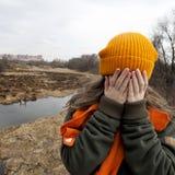 Ο λυπημένος έφηβος στο πορτοκάλι το καπέλο στοκ εικόνες