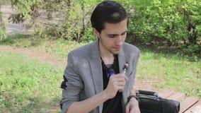 Ο λυπημένος νέος επιχειρηματίας καπνίζει ένα ε-τσιγάρο απόθεμα βίντεο