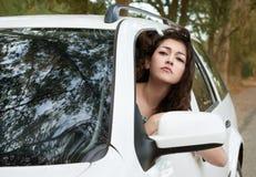 Ο λυπημένος οδηγός κοριτσιών μέσα στο πορτρέτο αυτοκινήτων, εξετάζει την απόσταση, θερινή περίοδο Στοκ φωτογραφίες με δικαίωμα ελεύθερης χρήσης