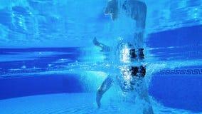Ο υποβρύχιος πυροβολισμός ως άτομο κολυμπά κάτω από το νερό στη λίμνη o απόθεμα βίντεο