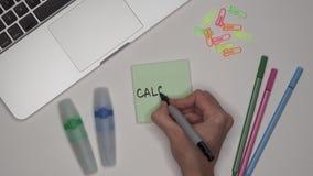 Ο υπολογισμός γραψίματος γυναικών στο σημειωματάριο, κλείνει επάνω Lap-top και χαρτικά στον πίνακα απόθεμα βίντεο