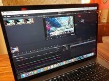 Ο υπολογιστής και DaVinci της Apple MacBook Pro επιλύουν το λογισμικό έκδοσης Στοκ Εικόνες
