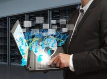 ο υπολογιστής κρατά το lap-top Στοκ Εικόνες