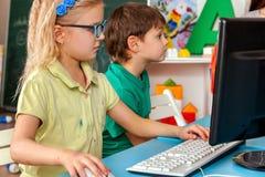 Ο υπολογιστής παιδιών μας ταξινομεί για την εκπαίδευση και το τηλεοπτικό παιχνίδι Στοκ Φωτογραφία