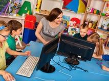 Ο υπολογιστής παιδιών μας ταξινομεί για την εκπαίδευση και το τηλεοπτικό παιχνίδι Στοκ φωτογραφία με δικαίωμα ελεύθερης χρήσης
