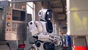 Ο υπολογιστής ταμπλετών παίρνει χρησιμοποιημένος από ένα ρομπότ φιλμ μικρού μήκους