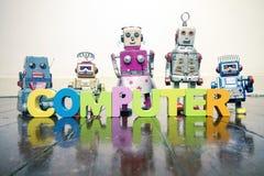 Ο ΥΠΟΛΟΓΙΣΤΗΣ λέξης με τις ξύλινες επιστολές και τα αναδρομικά ρομπότ παιχνιδιών στο α Στοκ φωτογραφία με δικαίωμα ελεύθερης χρήσης