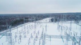 Ο υποσταθμός διανέμει το ρεύμα ενάντια στα δέντρα που καλύπτονται με το χιόνι απόθεμα βίντεο