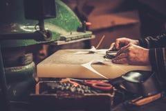 Ο υποδηματοποιός εκτελεί τα παπούτσια στην τέχνη στούντιο Στοκ εικόνα με δικαίωμα ελεύθερης χρήσης