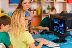 Ο υπολογιστής παιδιών μας ταξινομεί για την εκπαίδευση και το τηλεοπτικό παιχνίδι Στοκ Φωτογραφίες
