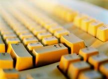 Ο υπολογιστής πληκτρολογίων εισάγεται Στοκ Φωτογραφία