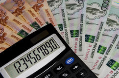 Ο υπολογιστής στο υπόβαθρο των ρωσικών χρημάτων Στοκ εικόνα με δικαίωμα ελεύθερης χρήσης
