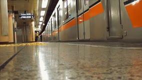 Ο υπόγειος μετρό του Τόκιο, στους ανθρώπους σταθμών Ginza παίρνει μέσα έξω το τραίνο και φεύγει από το σταθμό Ginza απόθεμα βίντεο