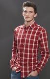 Ο δυστυχισμένος σπουδαστής με παραδίδει τις τσέπες του εκφράζοντας την απογοήτευση Στοκ Φωτογραφίες