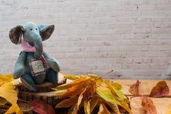 Ο υφαντικός ελέφαντας τζιν, το παιχνίδι κάθεται στα ξύλινα πριόνια στοκ φωτογραφία με δικαίωμα ελεύθερης χρήσης