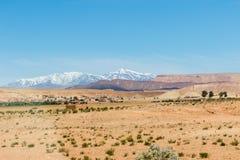 Ο υψηλός άτλαντας, αποκαλούμενος επίσης μεγάλα βουνά ατλάντων είναι μια σειρά βουνών στο κεντρικό Μαρόκο στη βόρεια Αφρική Στοκ Φωτογραφία