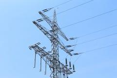 Ο υψηλής εντάσεως πύργος ηλεκτροφόρων καλωδίων φέρνει την πράσινη ενέργεια ηλεκτρικής ενέργειας Στοκ Φωτογραφία