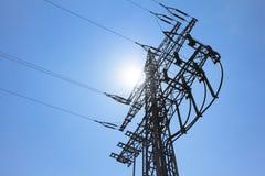 Ο υψηλής εντάσεως πύργος ηλεκτροφόρων καλωδίων φέρνει την πράσινη ενέργεια ηλεκτρικής ενέργειας ήλιων Στοκ εικόνες με δικαίωμα ελεύθερης χρήσης