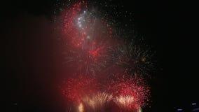 Ο υψηλός κινηματογράφος καθορισμού του νέου εορταστικού πυροτεχνήματος παραμονής έτους ` s παρουσιάζει εορτασμό τη νύχτα 1080p hd απόθεμα βίντεο