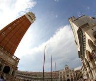 Ο υψηλός πύργος κουδουνιών του σημαδιού του ST και το μεγάλο σημάδι του ST τακτοποιούν με τα fis Στοκ φωτογραφία με δικαίωμα ελεύθερης χρήσης