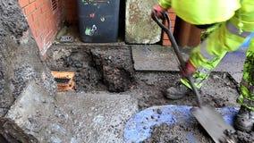 Ο υδραυλικός αντικατέστησε σπασμένο gully μπουκαλιών αποξηράνσεων υπαίθρια φιλμ μικρού μήκους