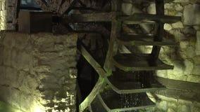 Ο υδρόμυλος είναι περιστρέφεται, ροές νερού κάτω απόθεμα βίντεο