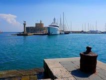 Ο φάρος και το φρούριο του ST Νικόλας που φρούρησαν την είσοδο στο λιμάνι Mandracki στο νησί της Ρόδου στοκ φωτογραφία