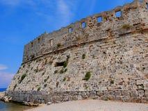 Ο φάρος και το φρούριο του ST Νικόλας που φρούρησαν την είσοδο στο λιμάνι Mandracki στο νησί της Ρόδου στοκ φωτογραφία με δικαίωμα ελεύθερης χρήσης