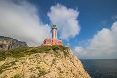 Ο φάρος Faro Di Punta Carena στο νησί Capri, Ιταλία στοκ εικόνα